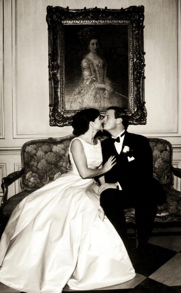 ARKIV 000901 - Nygift par pussar varann på en soffa, New York,USA.Foto: Michael Skoglund  Kod 75988COPYRIGHT PRESSENS BILD